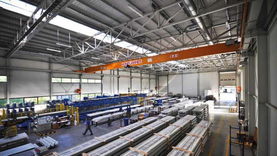kanały wentylacyjne spiro na hali produkcyjnej