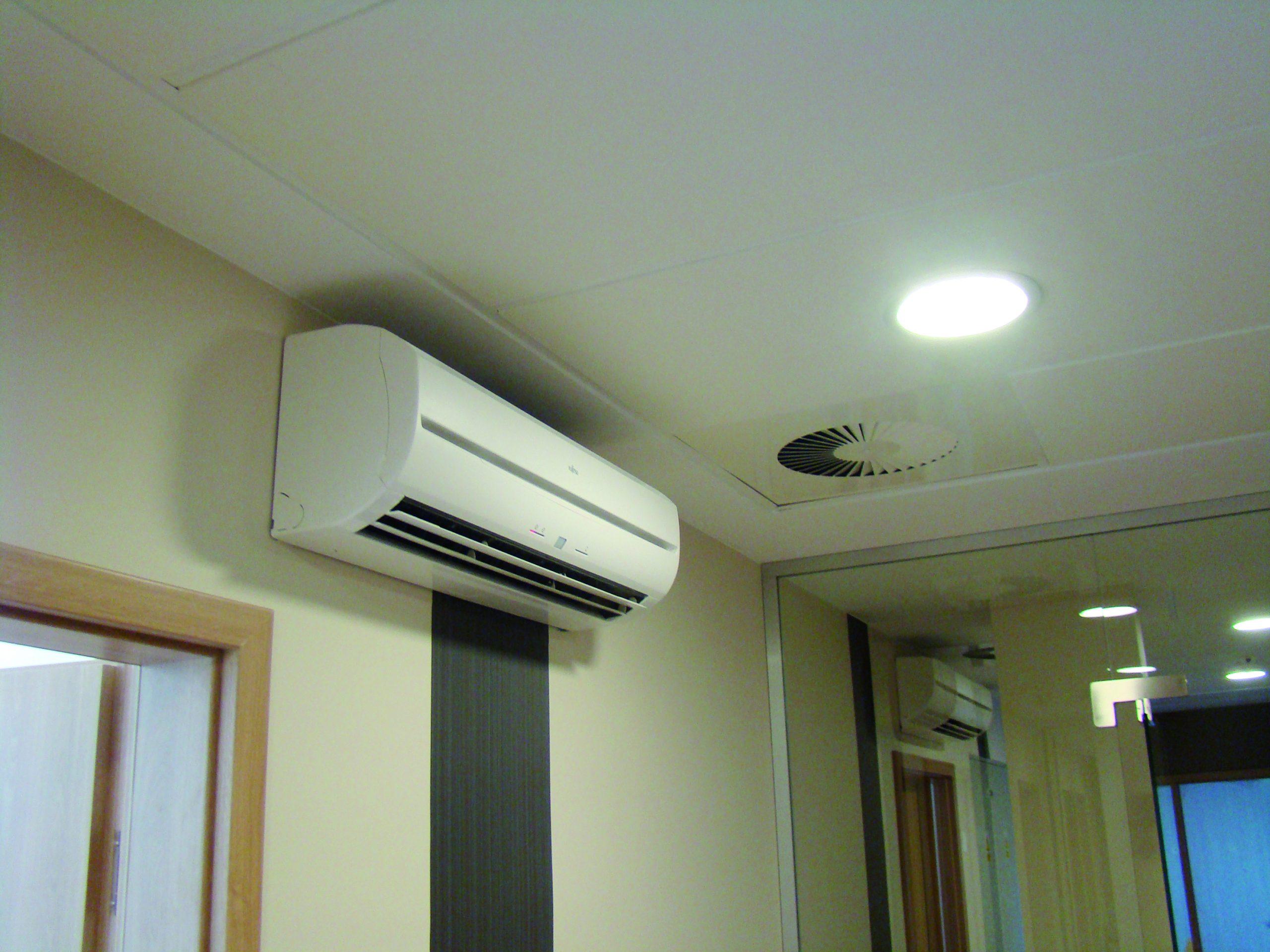 urządzenie klimatyzacyjne ścienne w biurze, jednostka wewnętrzna
