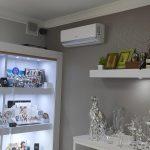 urządzenie klimatyzacyjne ścienne w pomieszczeniu